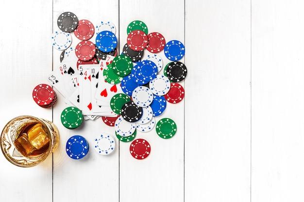 Maquette de mise en page de modèle de bannière de poker de médias sociaux de blog pour le dessus de table blanc en bois de casino en ligne...