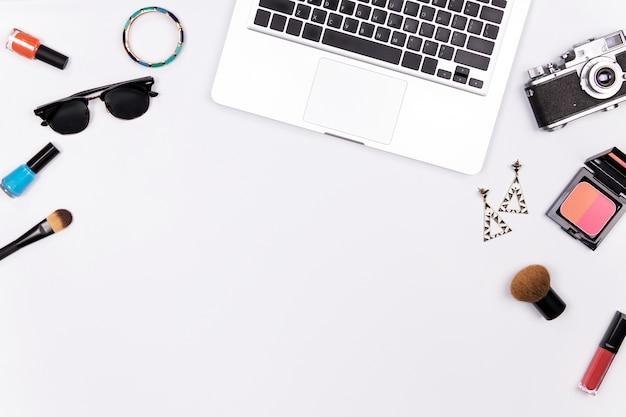 Maquette de mode avec accessoires de business lady et ordinateur portable sur fond blanc. lay plat. à