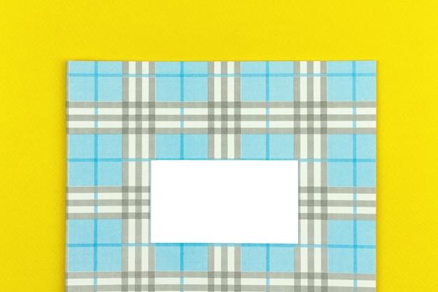 Maquette et modèle de cahier d'école créatif avec place pour votre texte, vue de dessus et photo d'arrière-plan de table jaune