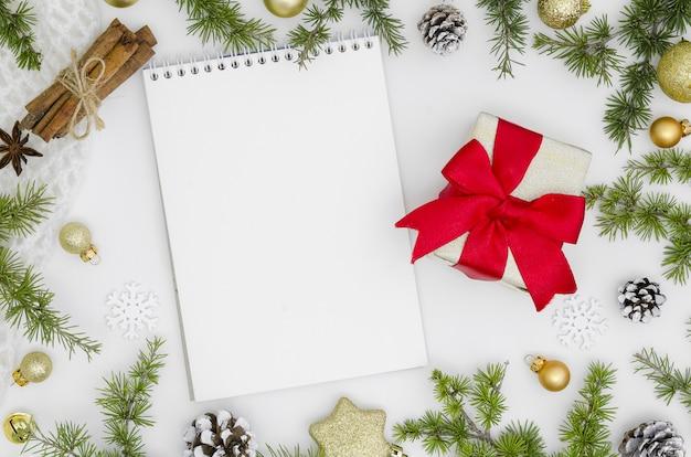 Maquette de noël et du nouvel an. bloc-notes vide avec des décorations