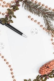 Maquette de noël pour carte postale avec fruits secs, papier kraft, boîte-cadeau, jouets de noël faits à la main