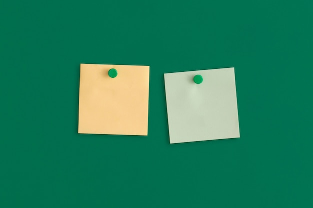 Maquette des notes autocollantes colorées sur fond vert. concept d'entreprise, stratégie, planification