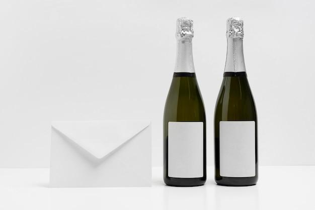 Maquette de nouvel an avec enveloppe et bouteilles