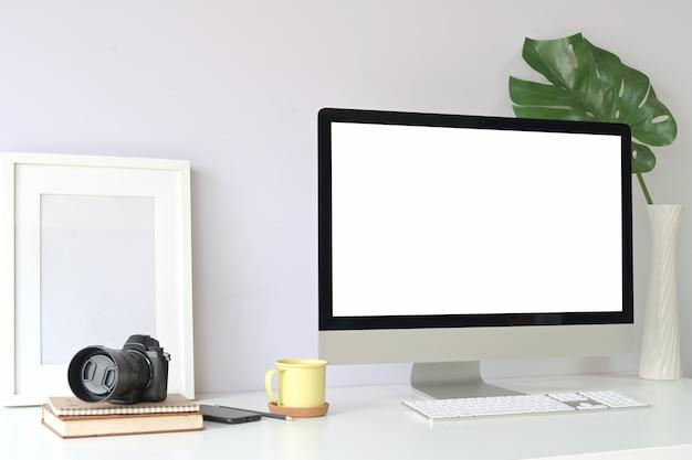 Maquette ordinateur de bureau à écran blanc sur la table. espace de travail au home studio