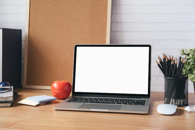 Maquette d'ordinateur portable à écran blanc vierge.