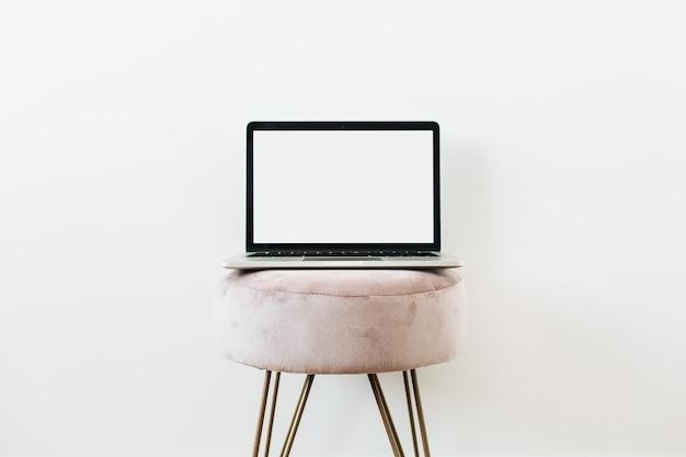 Maquette ordinateur portable écran sur tabouret sur blanc