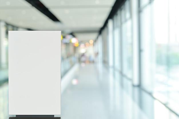 Maquette de panneau d'affichage affiche signe dans le hall ou dans le hall pour l'annonce de la promotion de la vente
