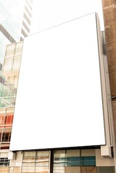 Maquette de panneau d'affichage sur un bâtiment de la ville