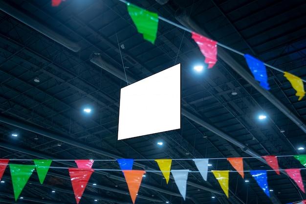 Maquette et panneau d'affichage blanc vierge pour la publicité ou l'information suspendue dans la salle de conférence et d'exposition.