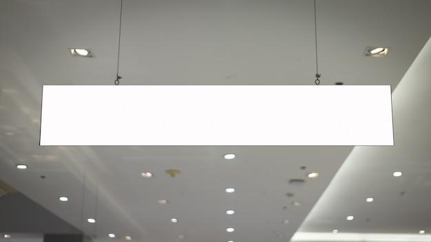 Maquette et panneau d'affichage blanc vierge pour la publicité ou les informations suspendues dans le supermarché.