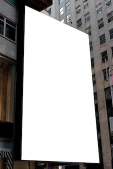 Maquette de panneau d'affichage dans un paysage urbain