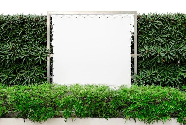 Maquette de panneau d'affichage en pvc isolée sur blanc avec une nature décorative et un tracé de détourage