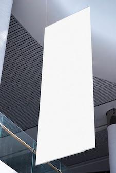 Maquette de panneau d'affichage suspendue à faible angle