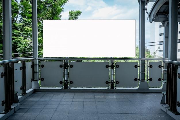 Maquette de panneau d'affichage vide dans le bâtiment
