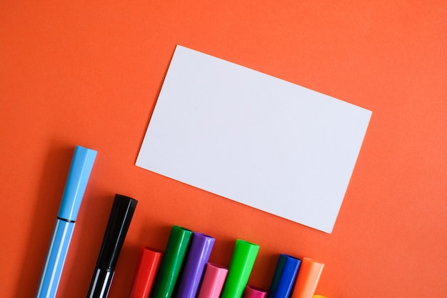 Maquette de papier blanc de carte de visite sur fond