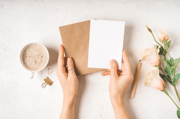 Maquette de papier vierge dans une enveloppe