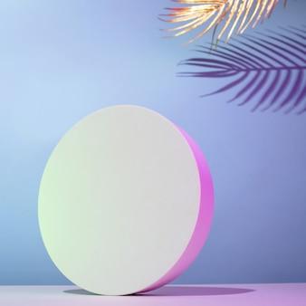 Maquette de podium rond en composition horizontale avec des feuilles de palmier dorées sur fond bleu avec éclairage au néon, placez votre texte.