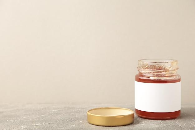 Maquette de pots de confiture. pots avec étiquette vierge sur gris avec espace de copie.