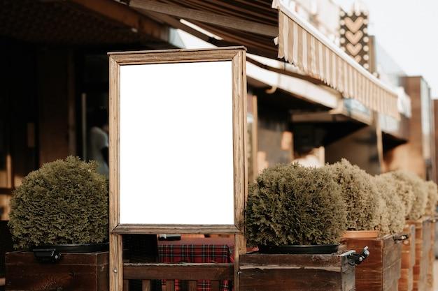 Maquette pour la publicité et les annonces. conseil baner vide placé par un espace extérieur d'un restaurant