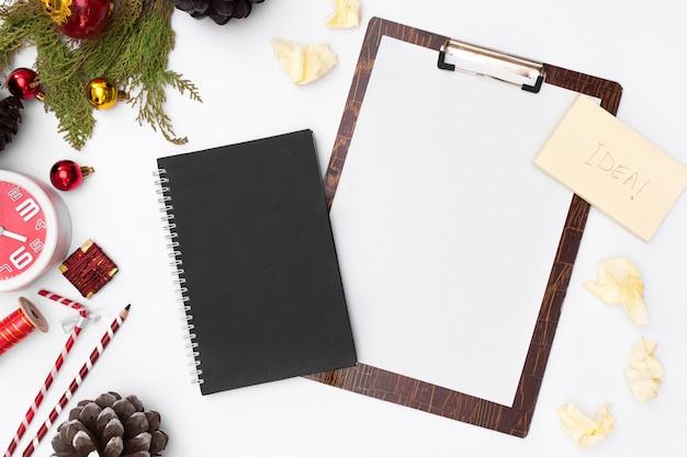 Maquette de presse-papiers de noël plat poser. liste de choses à faire. idées de noël, notes, objectifs