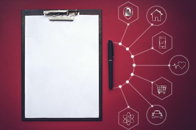 Maquette de presse-papiers en papier vierge avec stylo et différentes icônes de la vie réelle. concept d'analyse, d'étude, de travail attentif.