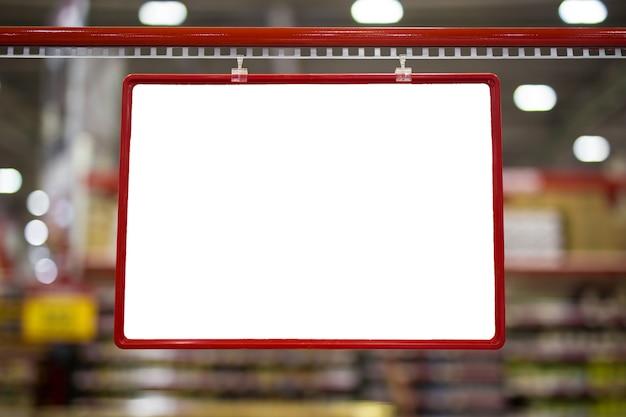 Maquette rouge vierge et étiquette de prix sur les étagères des produits du supermarché.