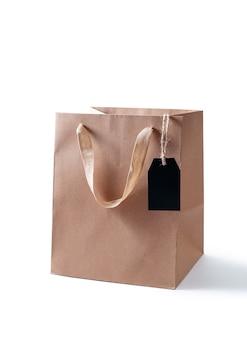Maquette de sac de papier shopping sur fond blanc.