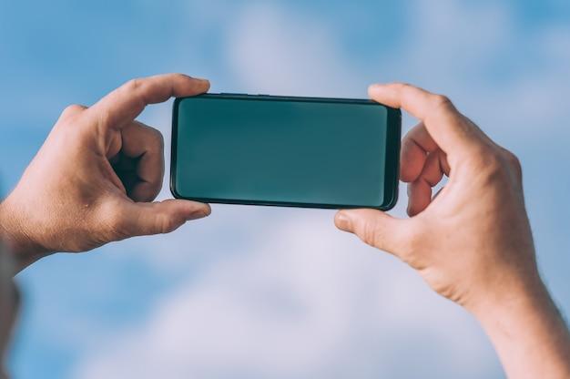Maquette de smartphone dans les mains