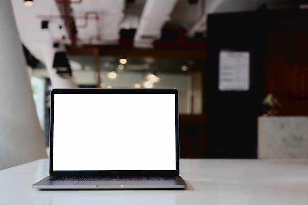 Maquette table de bureau pour ordinateur portable à écran blanc.