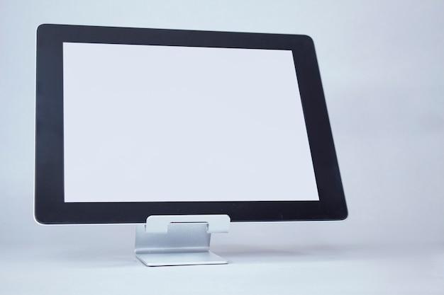 Maquette tablette avec écran blanc sur une lumière