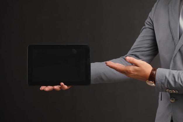 Maquette de tablette numérique dans les mains de la femme