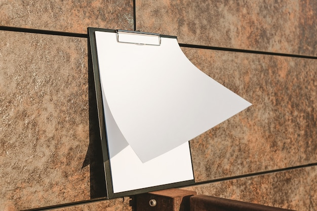 Maquette de la tablette pour le papier contre le mur
