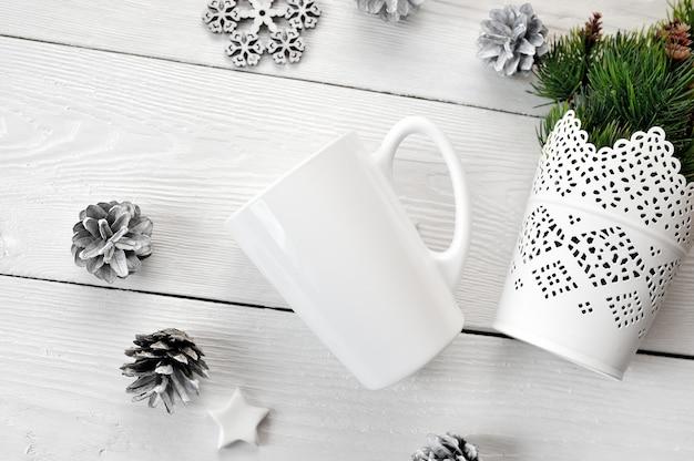 Maquette tasse blanche sur un bois