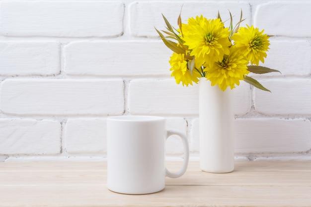 Maquette de tasse à café blanche avec fleur de boule d'or
