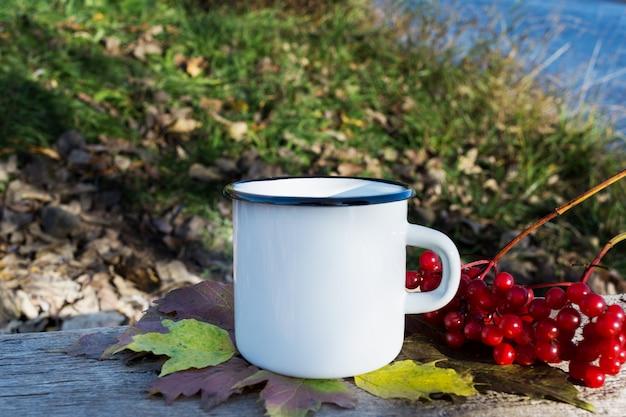Maquette de tasse de feu de camp blanc avec viburnum
