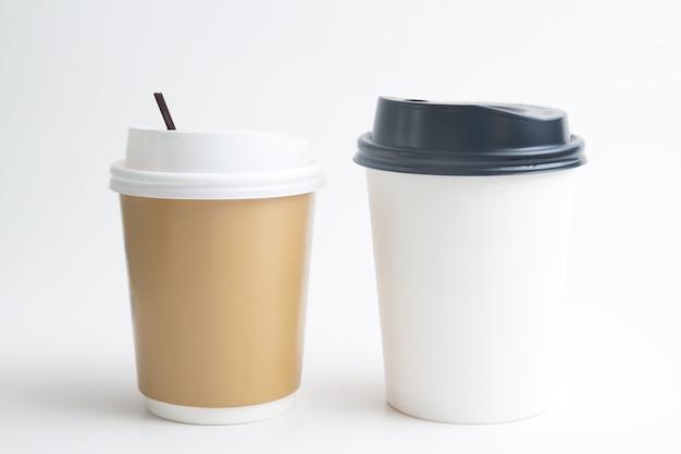 Maquette de tasses à emporter sur fond blanc