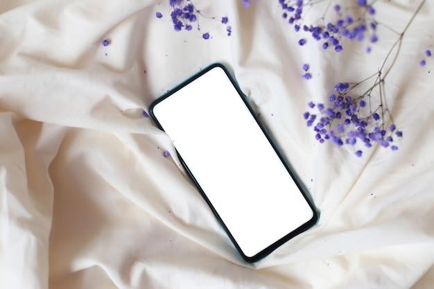 Maquette de téléphone sur la vue de dessus de lit