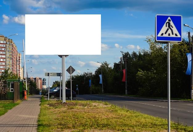 Maquette de toile publicitaire de panneau d'affichage sur le fond de la ville beau temps