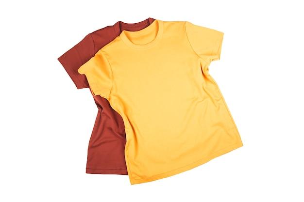 Maquette de tshirt sur fond isolé blanc t-shirts lumineux rouges et jaunes sur fond isolé blanc
