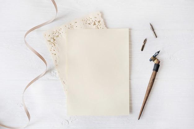 Maquette de vacances lettre papier vierge avec un stylo sur une table en bois, avec un espace pour votre texte, vue de dessus