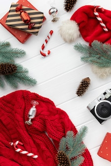 Maquette de vente shopping de noël avec pull, cadeaux et ornements sur fond en bois. modèle plat de vue de dessus pour invitation de voeux