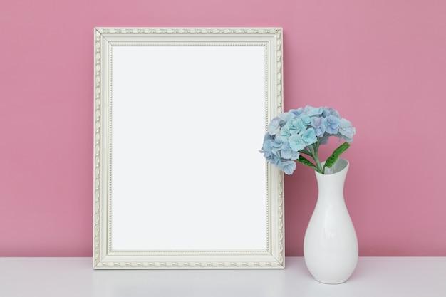 Maquette vide cadre en bois avec vase et hortensia