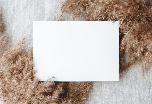 Maquette vierge sur table nappe en lin gris tissu fond décor de bureau à domicile