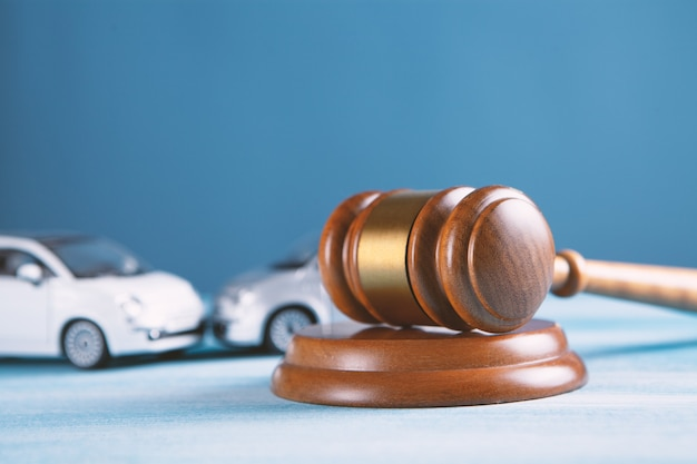 Maquette de voiture et maillet. poursuite ou assurance accident, affaire judiciaire.