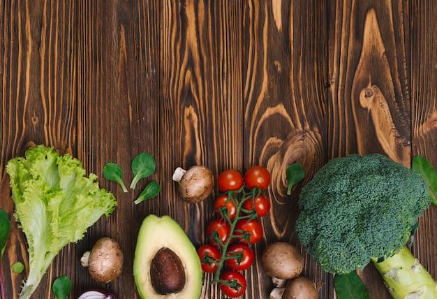Maquette vue de dessus des aliments diététiques avec fond de légumes frais