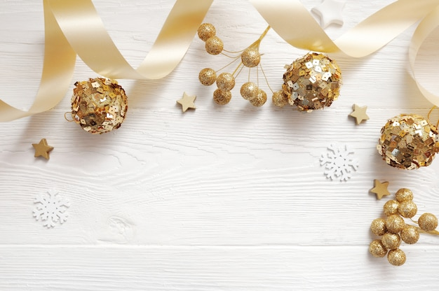 Maquette vue de dessus de décor de noël et boule d'or, flatlay sur blanc