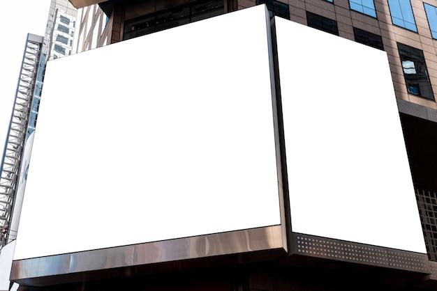Maquettes de panneaux d'affichage sur un bâtiment de la ville