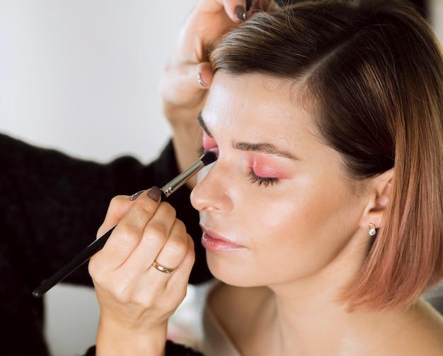 Maquillage appliqué par le styliste sur le modèle