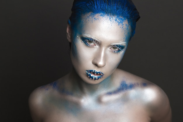 Maquillage artistique aux cheveux bleus et aux strass