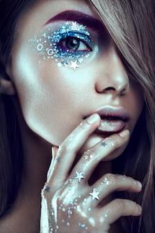 Maquillage artistique portrait de femme avec art corporel créatif.